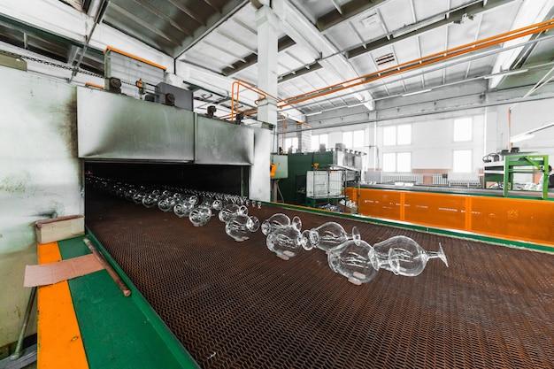 Convoyeur de pichets à la fabrication de verre Photo Premium