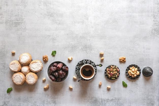 Cookies Arabes Maamoul. Table De Bonbons. Cookies De La Fête Islamique El Fitr. Photo Premium