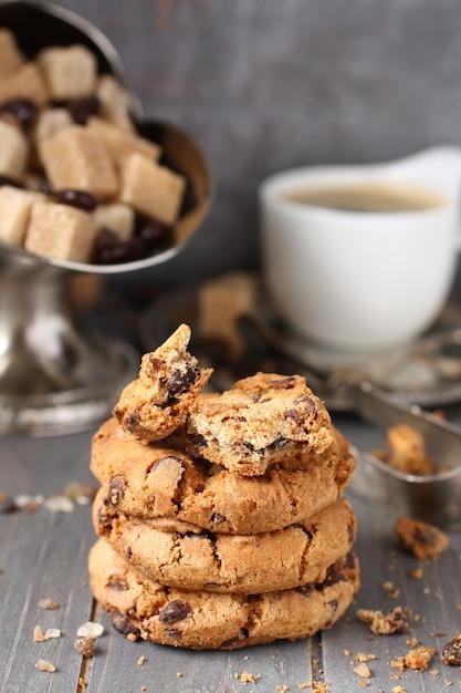Cookies aux pépites de chocolat maison avec une tasse d'espresso sur fond en bois ancien Photo Premium