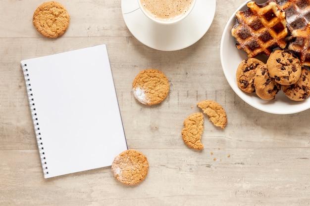 Cookies De Cahier Et Café Photo gratuit