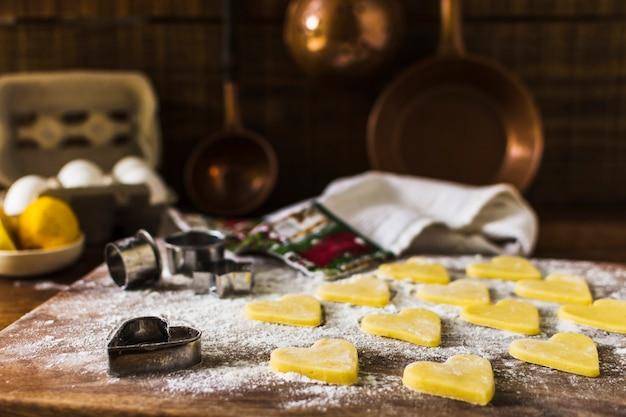 Cookies et couteaux crus en cuisine Photo gratuit