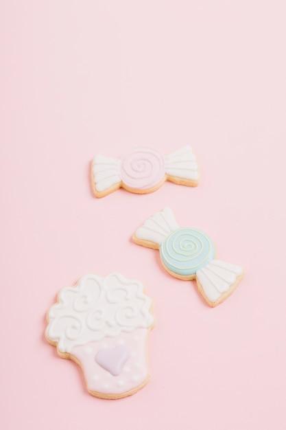 Cookies de différentes formes sur fond rose Photo gratuit