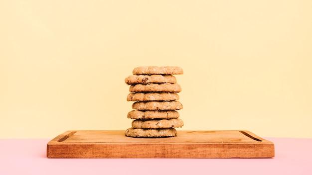 Cookies Empiler Sur Une Planche De Bois Sur La Table Photo Premium