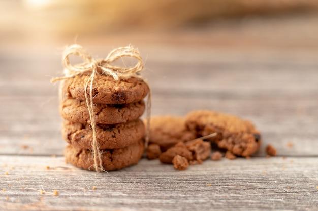 Les cookies empilés utilisent une corde attachée sur une table en bois Photo Premium