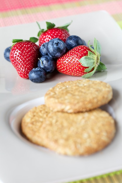 Cookies et fruits rouges Photo Premium