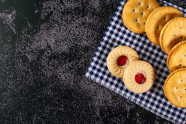 Cookies placés sur le tissu, pris de la vue de dessus Photo gratuit