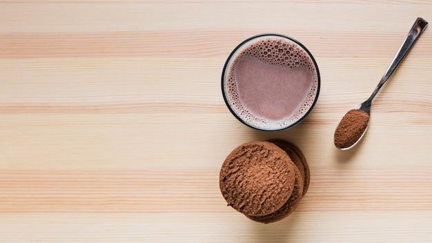 Cookies vue de dessus avec lait au chocolat et espace de copie Photo gratuit