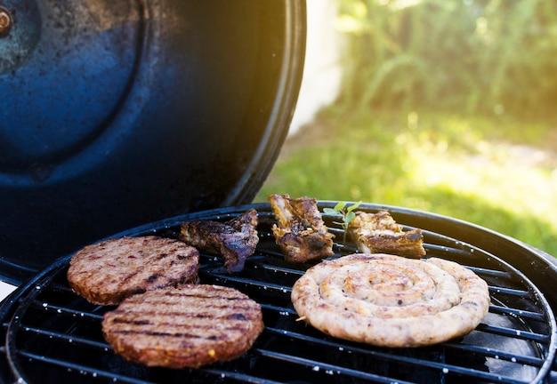 Cookout dans le jardin d'été Photo gratuit