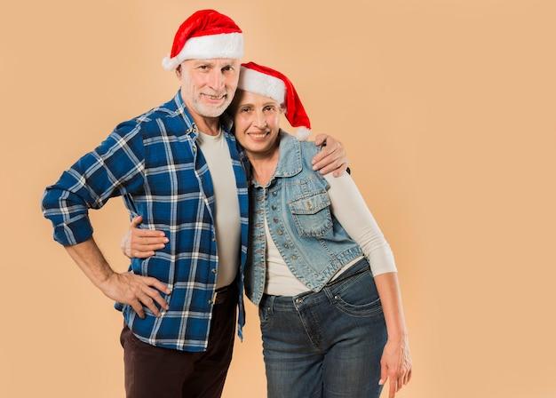 Cool couple de personnes âgées avec un chapeau de noël Photo gratuit
