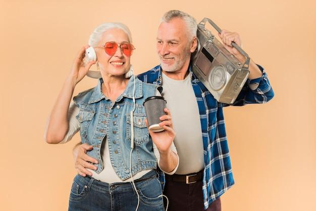 Cool couple senior avec ghetto blaster Photo gratuit