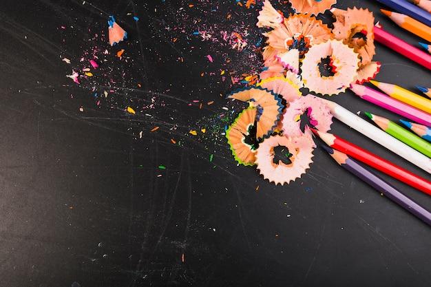 Copeaux de crayon lumineux avec des crayons colorés Photo gratuit