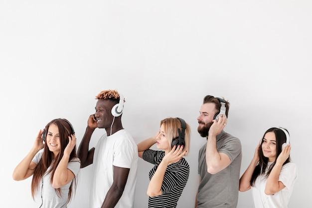 Copie des amis de l'espace alignés avec des écouteurs Photo gratuit
