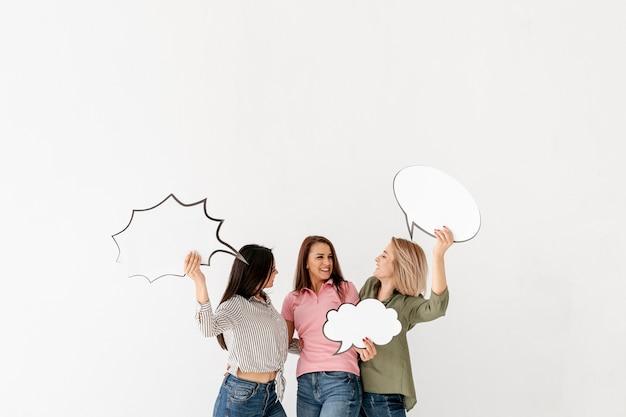 Copie de l'espace des amies tenant une bulle de discussion Photo gratuit
