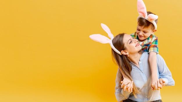 Copie Espace Mère Et Fils Avec Des Oreilles De Lapin Se Regardant Photo gratuit