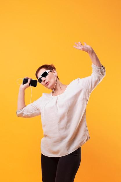 Copie espace senior femme dansant Photo gratuit