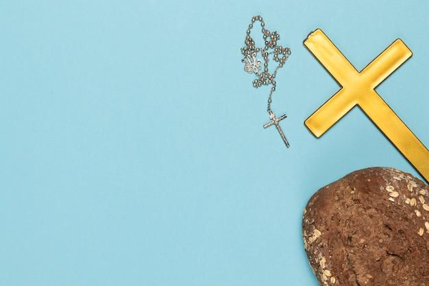 Copie sainte croix et collier avec du pain Photo gratuit