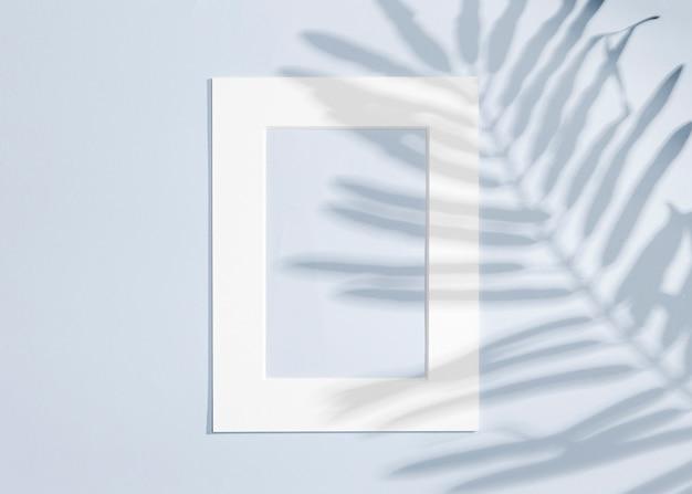 Copier le cadre blanc de l'espace et laisse l'ombre Photo gratuit