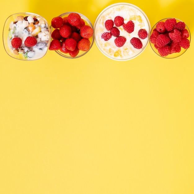 Copier L'espace Arrangement De Petit Déjeuner De Céréales De Fruits Frais Sur Fond Uni Photo gratuit