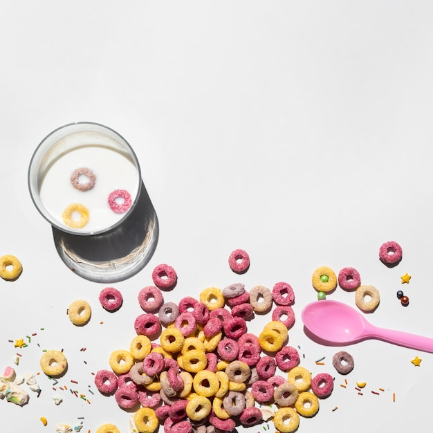 Copier l'espace fond blanc avec des céréales et une cuillère Photo gratuit