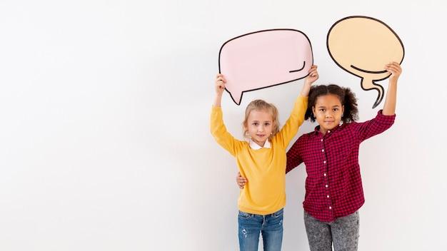 Copier L'espace Petites Filles Tenant Des Bulles De Chat Photo gratuit