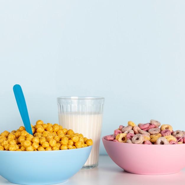 Copier le fond de l'espace et des bols du concept de céréales Photo gratuit