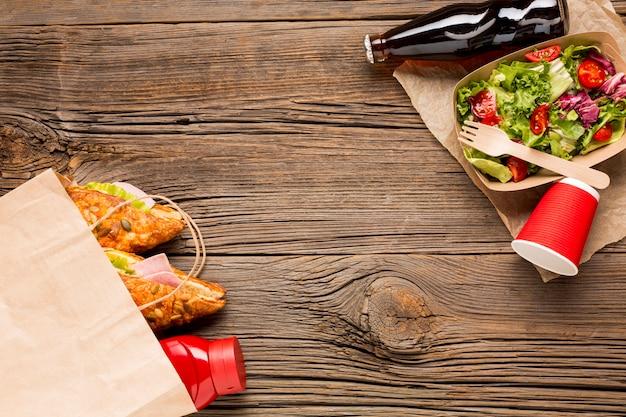 Copier les sandwichs et la salade Photo gratuit