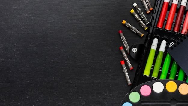 Copiez Des Crayons Et Des Marqueurs D'espace Photo gratuit
