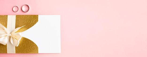Copiez L'invitation De L'espace Et Les Anneaux De Papeterie De Mariage De Luxe Photo gratuit