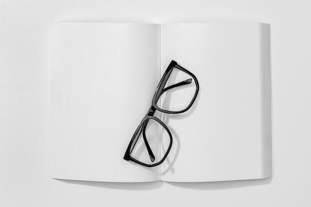 Copiez Le Livre De L'espace Et Les Lunettes De Lecture Photo gratuit