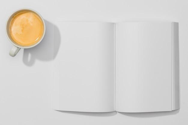 Copiez Le Livre De L'espace Et Une Tasse De Café Photo gratuit