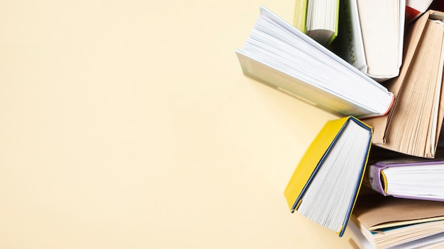 Copiez Les Livres Ouverts Sur La Table Photo gratuit