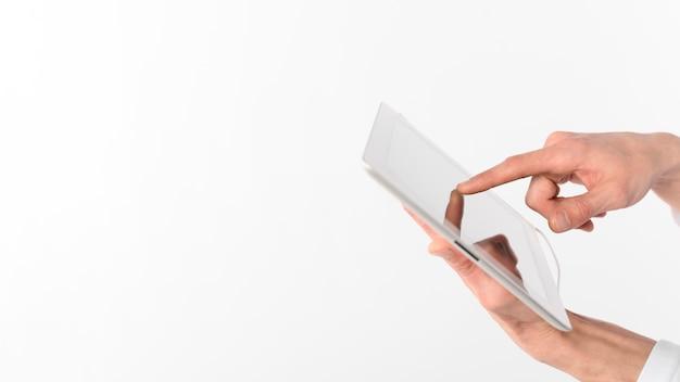Copiez Les Mains Avec Tablette Photo Premium