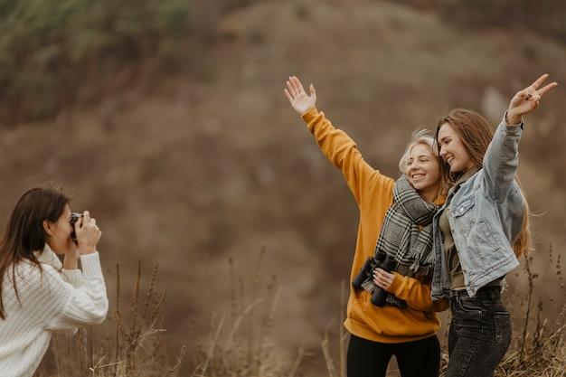 Copines à Angle élevé Prenant Des Photos Photo gratuit