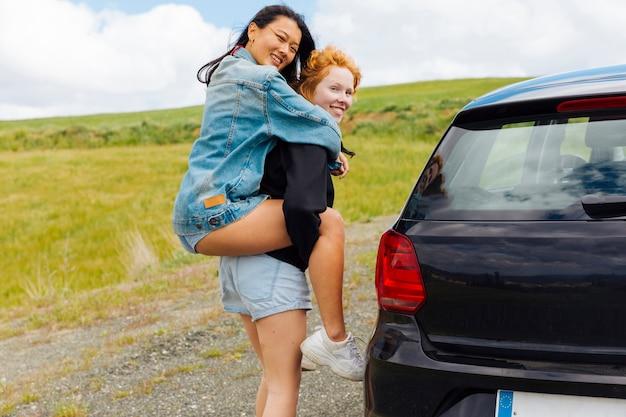 Copines s'amuser dans la nature Photo gratuit