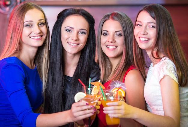Les copines sont venues faire la fête en buvant des cocktails et en se relaxant. Photo Premium