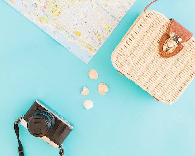 Coquillages et choses à voyager sur fond clair Photo gratuit