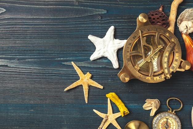 Coquillages et compas. belle composition de mer avec coquillages et boussole vintage Photo Premium