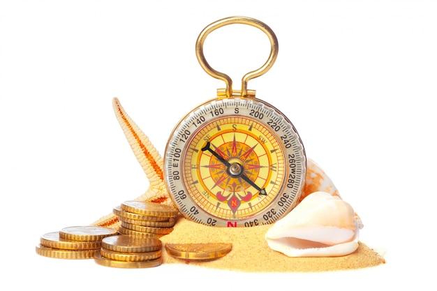 Coquillages, vieux, compas, sable, isolé, blanc Photo Premium