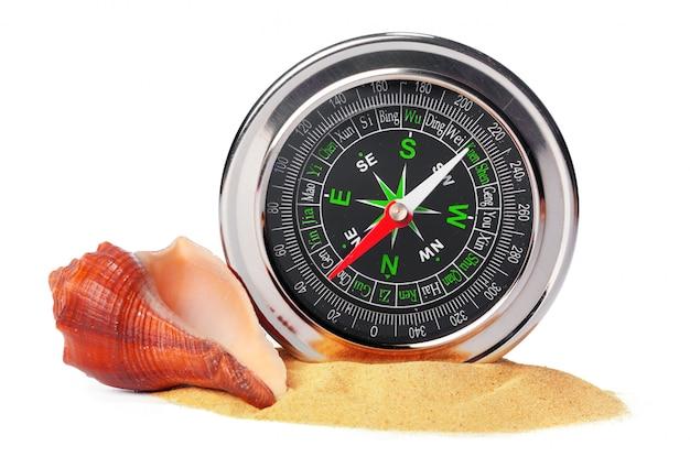 Coquillages, vieux, compas, sable, isolé Photo Premium