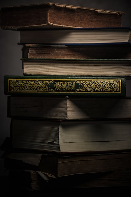 Coran - livre saint des musulmans (objet public de tous les musulmans) sur la table Photo Premium