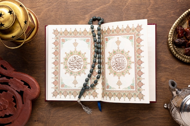 Coran ouvert avec vue de dessus tasbih Photo gratuit