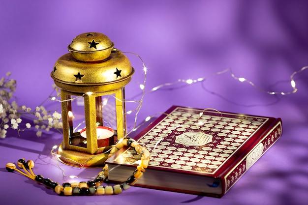 Coran Vue De Face Avec Bougie Et Lumières Photo Premium
