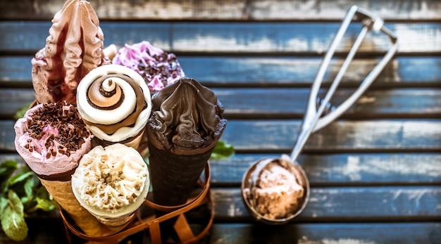 Cornet De Crème Glacée Dans Le Stand Photo gratuit