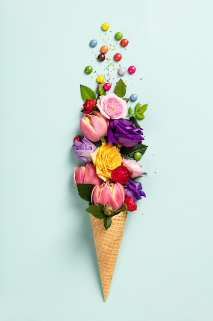 Cornet de crème glacée avec des fleurs et des pépites concept minimal de l'été. Photo Premium
