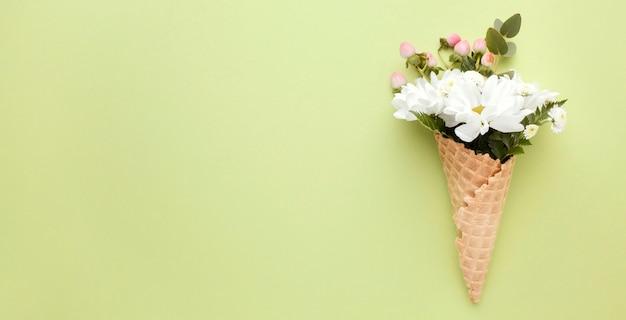 Cornet De Crème Glacée Avec Des Fleurs Photo gratuit