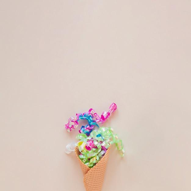 Cornet de glace avec confettis et espace de copie Photo gratuit