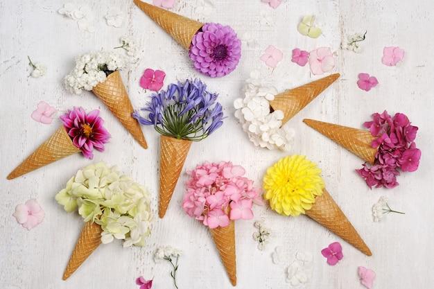 Cornets De Glace Avec De Belles Fleurs Photo Premium