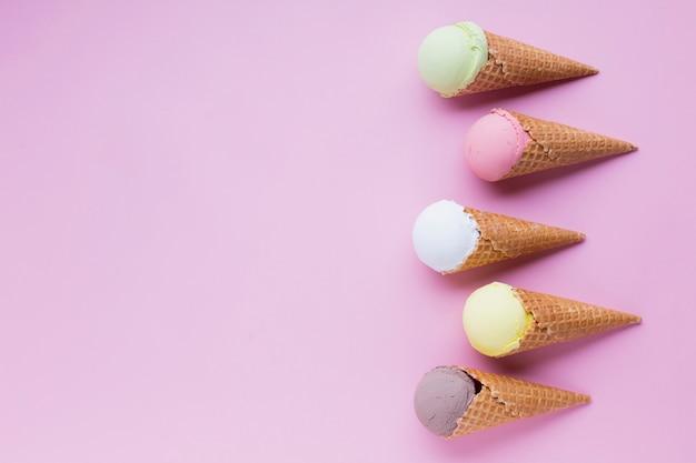 Cornets de glace avec espace de copie Photo gratuit