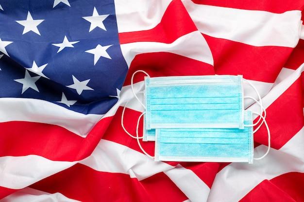 Coronavirus Aux états-unis. Masque Chirurgical De Protection Sur Le Drapeau National Américain Photo Premium