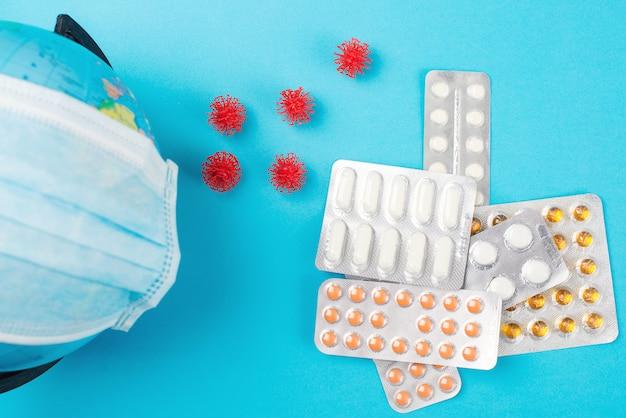 Le Coronavirus S'est Propagé Dans Le Monde. Globe Terrestre En Masque Médical Et Pilules. épidémie De Coronavirus. Photo Premium